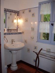 Rêveries Gasconnes Salle de bains donnant sur haie de bamboustitle